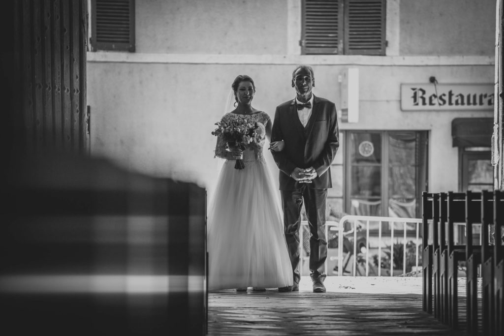 Entrée dans l'église de la mariée au bras de son père