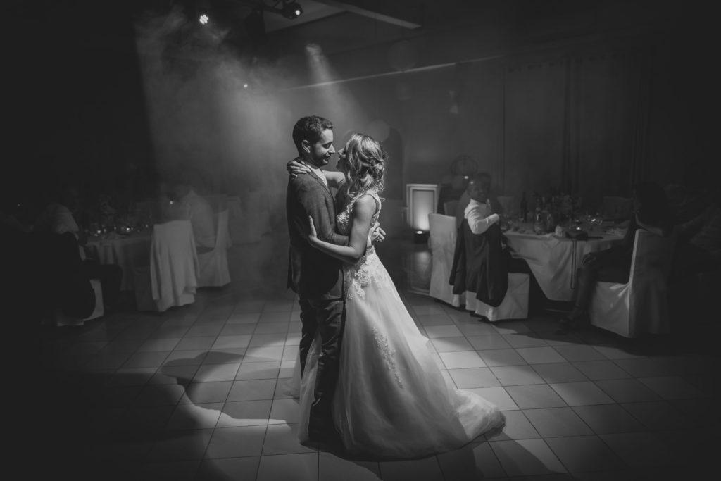 Première danse des mariés lors de la soirée dansante, entourés de leur famille et leurs amis.