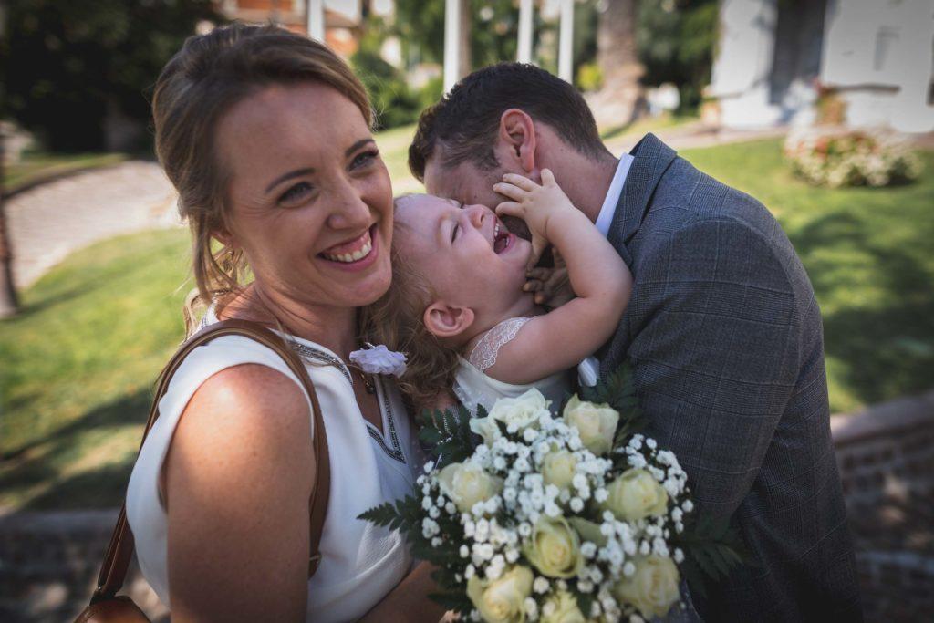 Moment de complicité entre les mariés et leur petite fille à la sortie de la mairie