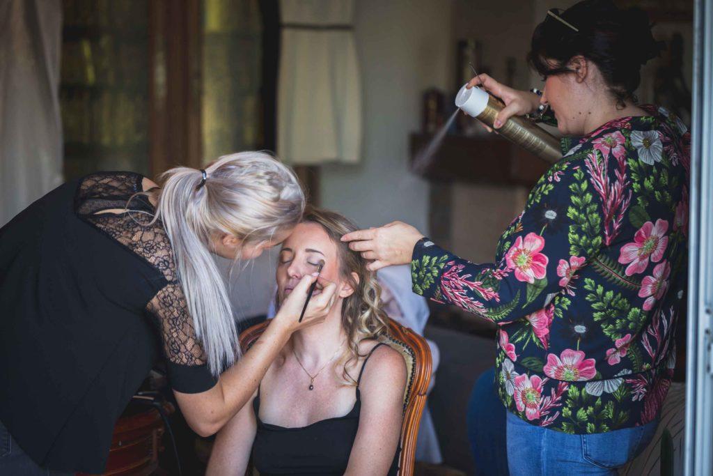 Maquillage et coiffure de la mariée lors des préparatifs