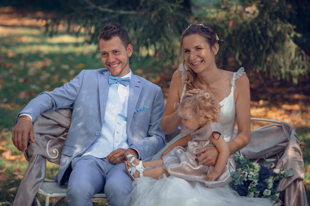 Les mariés et leur petite fille sont heureux pendant la cérémonie laïque