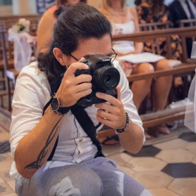 Aurélien Kirchner avec un appareil photo en action pendant un mariage lors de la cérémonie religieuse