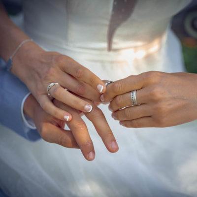 L'échange des alliances durant la cérémonie laïque pour un mariage champêtre.