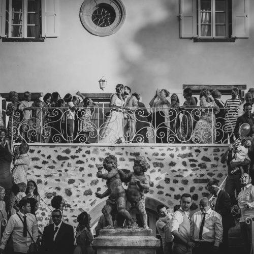 Noir et blanc des mariés et leurs invités au château du maréchal Fayolle